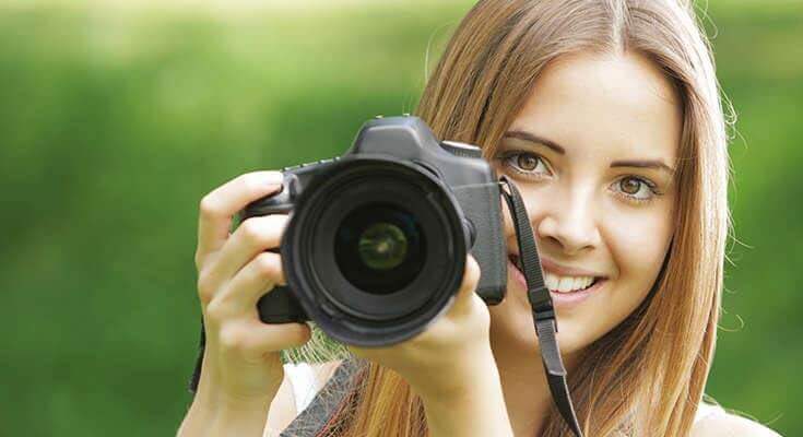 beginner photography course girl holding camera
